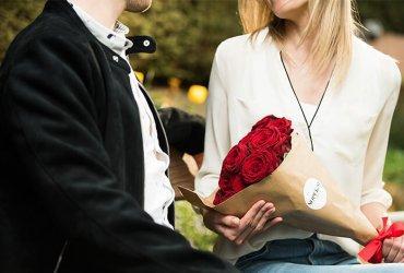 Podarite rdeče vrtnice kot darilo ljubezni