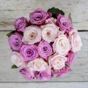 Šopek iz temno rozastih vrtnic v vazi