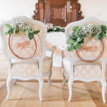 rože na poročnem stolu